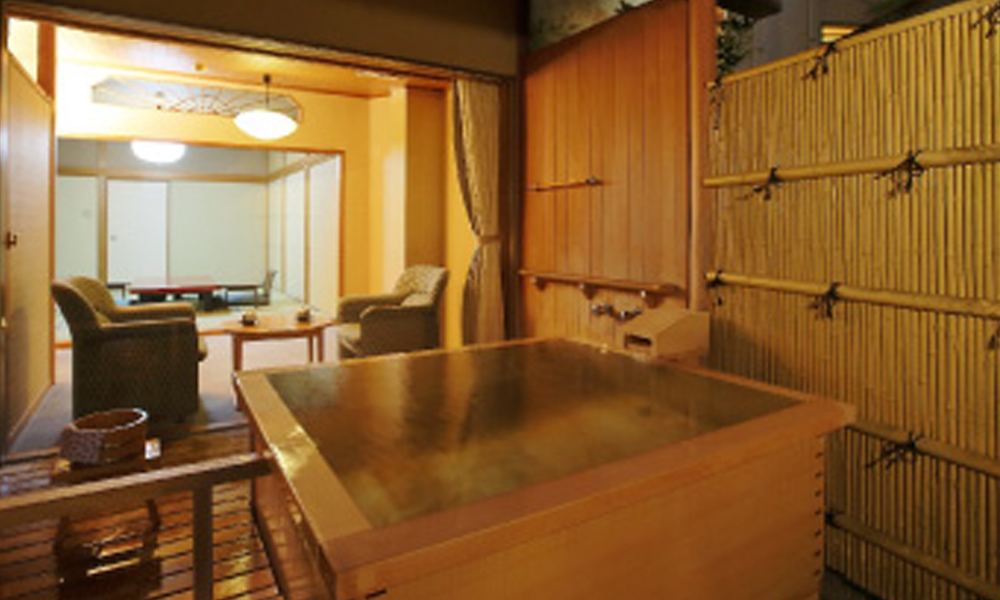 露天風呂付和室の露天風呂<br /> お湯は源泉かけ流しです