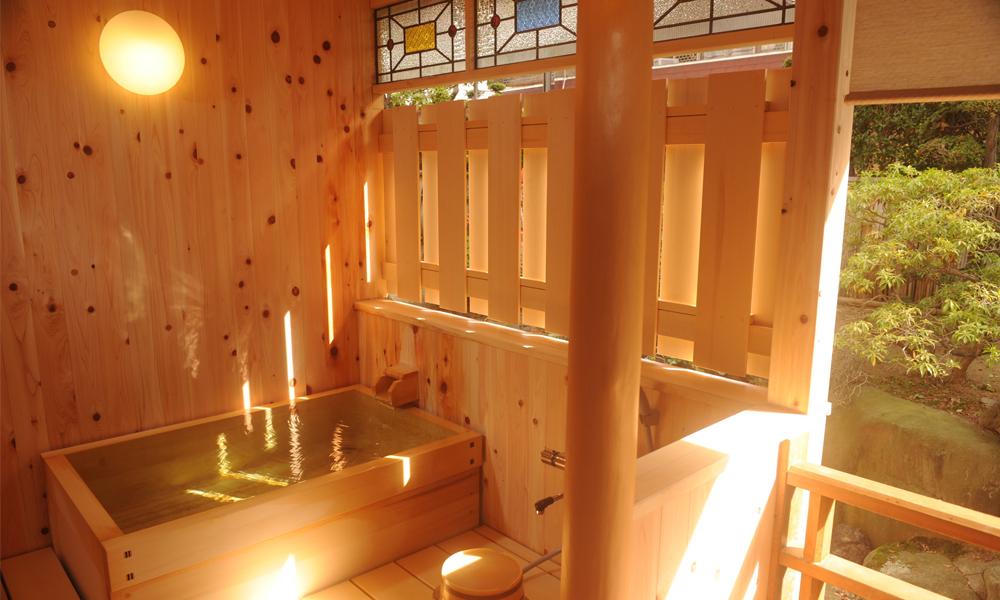 露天風呂付客室の露天風呂<br /> お湯は源泉かけ流しです